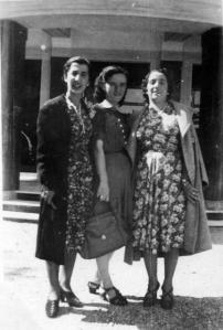 Mia madre incinta al centro (la mia prima foto) 12 sett. 1940.