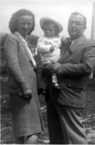 Mi portano in campagna. Il babbo porta il lutto per la morte della madre (gen 1942) ed il distintivo all'occhiello e' quello del PNF.