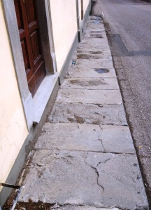 Marciapiede lungo la Villa Giovagnoli, andando verso Pampanone
