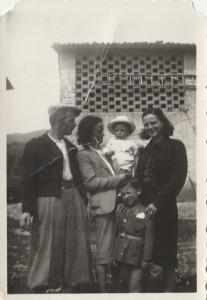 1942 da sinistra Orlando Beni Luisa Taba (mia madre che mi tiene in collo) e Lea Nofri, bambino da identificare. Nel dietro il seccatoio, oggi la pizzeria