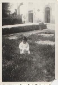 1942 I miei primi passi, si vede il semenzai del tabacco e si intravede la Pieve Vecchia