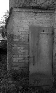 1978-09 Pieve Vecchia, il licite accanto al pozzo nero e la concimaia