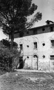 1978-09 Pieve vecchia facciata. I pipistrelle facevano il nido sotto l'intonaco