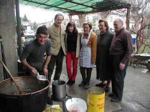 Tutti voglione vedere, Pascale con i pantalon rouge circondata dalla nuova famiglia. il cibo unisce